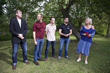 Tuomo, Mauno, Ilmari ja Antti-Jussi etsivät rakkautta Vappu Pimiän avustuksella.