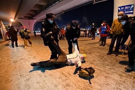 Poliisit pidättivät kuvan miehen Vnukovon kentällä.
