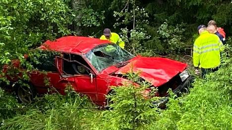 Onnettomuus sattui Ylöjärvellä Kuruntiellä. Autoa valmistauduttiin nostamaan puoli kahdentoista aikaan lauantaina.