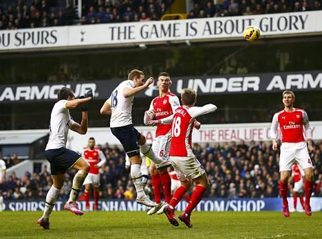 Harry Kane puskee Tottenhamin toisen osuman.