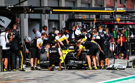 Ricciardo joutui keskeyttämään avauskisassa teknisten ongelmien vuoksi, nyt sama kohtalo oli toisella Renault-kuljettajalla eli Esteban Oconilla.