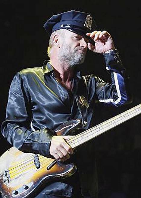 The Policen keulakuva Sting poliisipuvussaan yhtyeen jäähyväiskeikalla New Yorkin Madison Square Gardenissa.