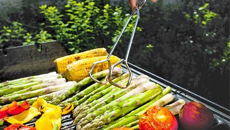 Kesäaikaan grilliin on helppo heittää perinteisten makkaroiden lisäksi myös runsaasti kasviksia, joissa on paljon hyviä hiilihydraatteja ja kuitua.