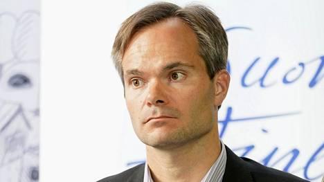 Ulkomaankauppa- ja kehitysministeri Kai Mykkänen ministeriryhmän tiedotustilaisuudessa kokoomuksen eduskuntaryhmän kesäkokouksessa Kokkolassa.