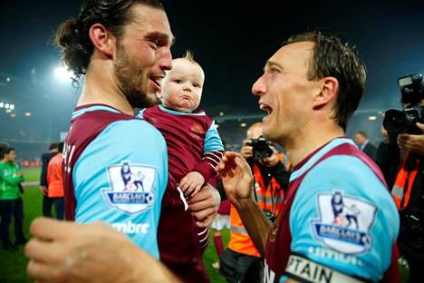 West Hamin Andy Carroll ja Mark Noble juhlivat voittoa.