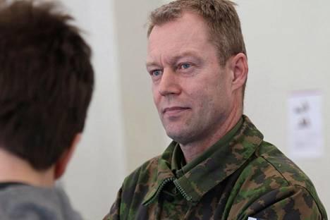 Everstiluutnantti Jarmo Viskari on Alisa Vainion valmentaja.