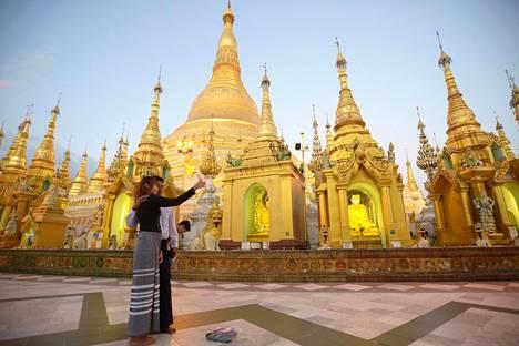 Shwedagon-pagodia koristavat tuhannet kultalaatat ja jalokivet. Valtava, eloisa temppelialue on suosittu pyhiinvaelluskohde ja tunnelmallisimmillaan illan tullen.