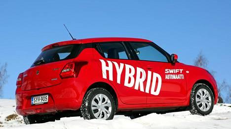 Koeajoauton kylki huutaa hybridiä, mutta sen vaikutusta ajossa on vaikea todentaa.