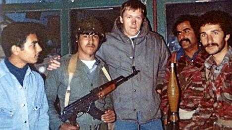 Ilpo Mikkola ja PLO:n taistelijoita Tyyroksessa 1980-luvun alussa.