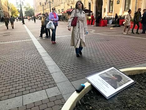 Sairaanhoitaja Julia Mihailova, 40, on yksi viimeisimmistä koronaan kuolleista. Hänen kuvansa odottaa tässä aidalle ripustamista.