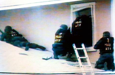 Hetki ennen osumaa. Yksi näistä ATF -agenteista lyyhistyi lahkolaisen automaattiaseen tulitukseen.