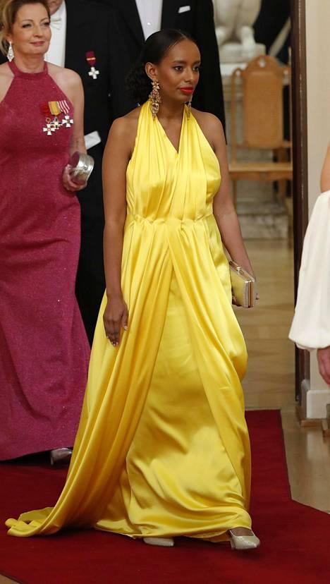 Kansanedustaja Bella Forsgrén (vihr) säväytti pirteän keltaisessa silkkiluomuksessa, joka laskeutui kauniisti.