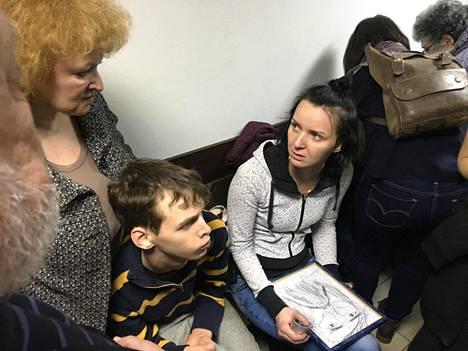Juri Dmitrijevin tytär Jekaterina Klodt pitää sylissään isäänsä esittävää piirroskuvaa, jonka hän sai lahjaksi oikeudenkäynnissä keväällä 2018. Kuvassa myös piirroksen tekijä Ignat ja hänen äitinsä Lena.