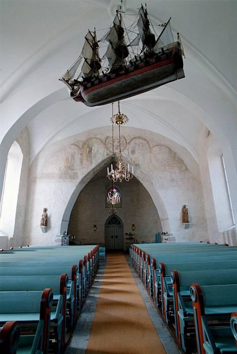 Jomalan kirkon sisätilat.