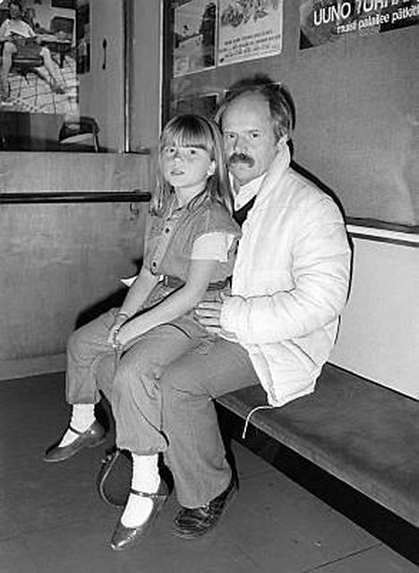 Ohjaaja Ere Kokkonen, sylissään tytär Kiti, Bio Rexin elokuvateatterissa Uuno Turhapuro -elokuvan ensi-illassa Helsingissä, 30.9.1983.
