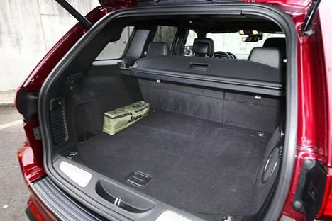 Tavaratilakin on reippaan kokoinen, eli mukaan mahtuvat sekä ajohaalarit että retkeilyvarusteet.