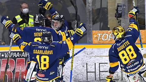 Lukon pelaajat juhlimassa Aleksi Saarelan tekemää 2–0-maalia.