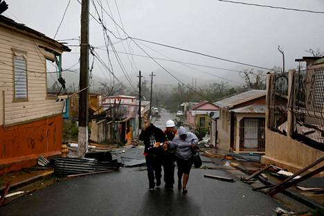 Pelastustyöntekijä auttoi ihmisiä suojaan Puerto Ricon Guayamassa.