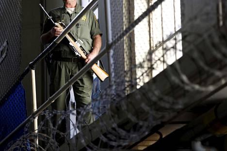 Vartija partioimassa kuolemansellien läheisyydessä San Quentinin vankilassa.
