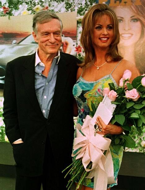 Playmate Karen McDougal ja Playboy-lehden edesmennyt perustaja ja päätoimittaja Hugh Hefner poseerasivat Playboy-kartanolla vuonna 1998.
