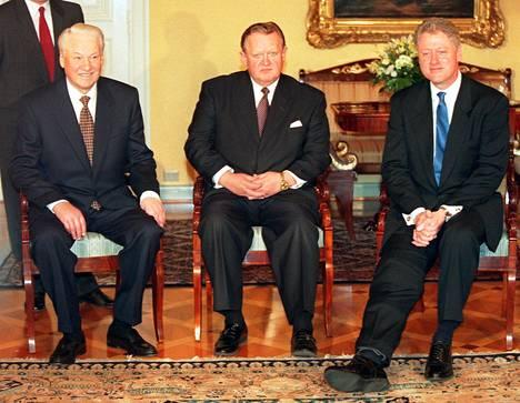 Presidentit Jeltsin, Ahtisaari ja Clinton ennen Presidentinlinnan illallista 1997.