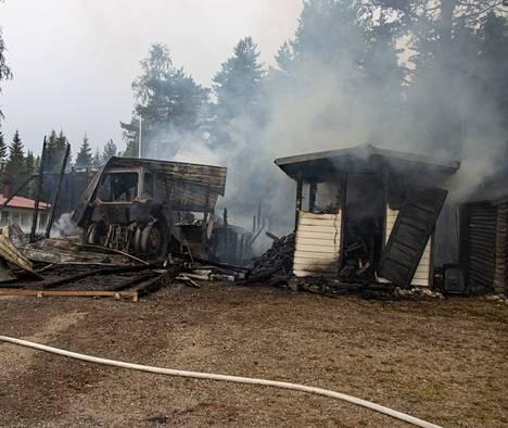 100 neliömetrin halli tuhoutui palossa täysin.