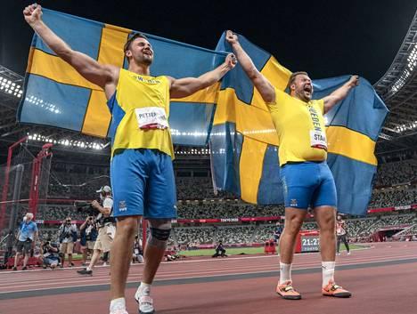 Daniel Ståhl (oik.) ja Simon Pettersson juhlivat ruotsalaista kiekonheiton kaksoisvoittoa.