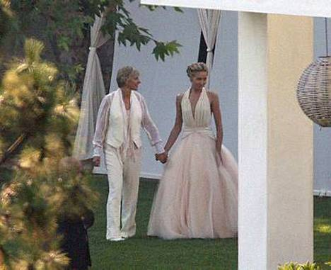 Ellen DeGeneres ja Portia de Rossi sanoivat tahdon lauantaina kotonaan Beverly Hillsissä.