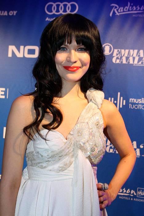 2010 laulaja suosi otsatukkaa.