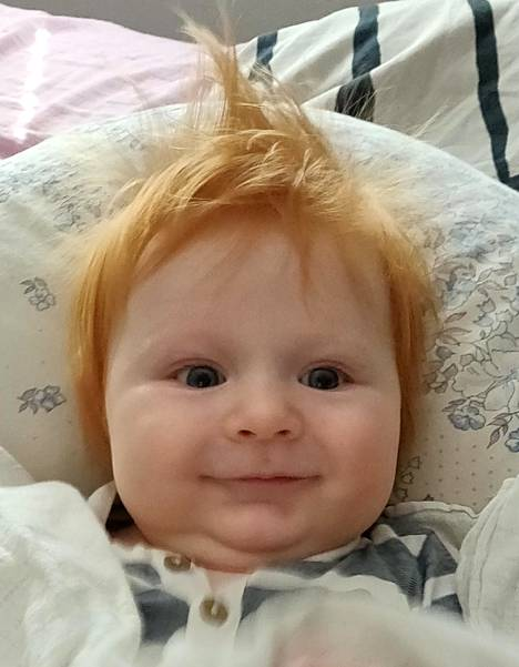 Anna-Kristiina Rosendahl nauraa viisikuisen Niklas-poikansa olevan kuin ilmetty Ed Sheeran.