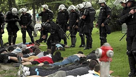 Poliisi taltutti mielenosoittajia Belgradin keskustassa.