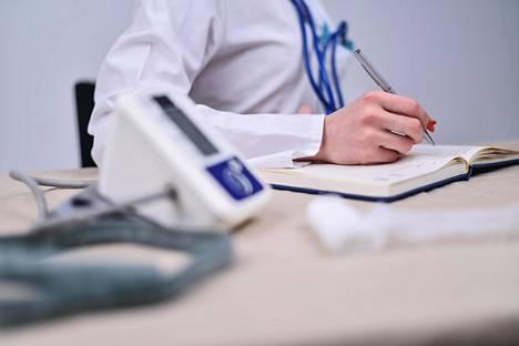 Lähihoitaja kirjoittaa, että hänen täytyi olla vuoron aikana vetovastuussa lääkkeistä, vaikkei hän tuntenut laitoksen asukkaita vielä edes nimeltä.