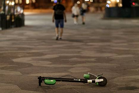 Jalkakäytäville kaatuneet sähköpotkulaudat ovat turvallisuusriski esimerkiksi näkövammaisille.