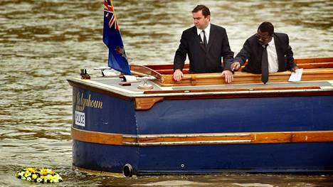 """Rikoskomisario Will O'Reilly (vasemmalla) ja tapausta tutkinut John Azar laskivat seppeleen Thames-jokeen samaan kohtaan, josta """"Adam"""" löydettiin vuonna 2002."""
