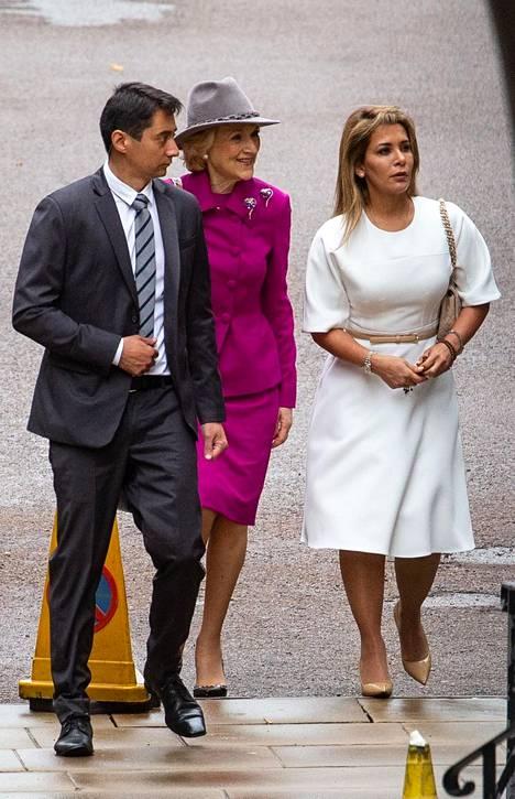 Prinsessa Haya (oik.) kuvattiin saapumassa oikeustalolle tiistaina.