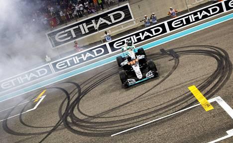 Rosberg teki ns. donitseja pääsuoralla ja nousi sitten autostaan tuulettamaan.