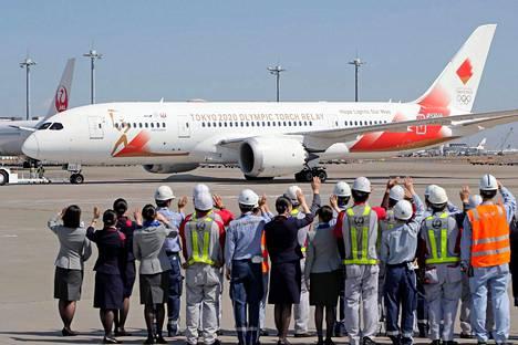 Kreikka.  Olympiatuli lähti lentokoneella kohti Japania. Tokion kisojen järjestäjät eivät osallistuneet seremoniaan koronauhan takia, mutta olympialaisia ei ole vielä siirretty.