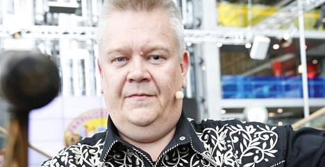 Aki Palsanmäki pyörittää Huutokauppaa Uuraisilla.
