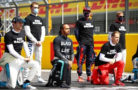 Kimi Räikkönen (takarivissä oikealla) oli ennen Britannian GP:tä totuttuun tapaan yksi kuljettajista, jotka eivät polvistuneet.