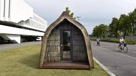 Rono Designin Boatsauna -saunarakennus on toimittajien käytössä Finlandia-talon edustalla Helsingin keskustassa.