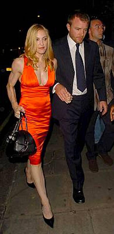 Madonna on viime aikoina nähty melko riutuneena kuvissa. Viikonloppuna hän kuitenkin esiintyi edustavana miehensä Guy Ritchien kanssa Lontoossa.