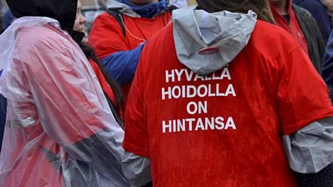 Ammattiyhdistysliikkeen mielenilmaus eli niin sanottu perjantaistoppi täytti Helsingin Rautatietorin syksyllä 2015.