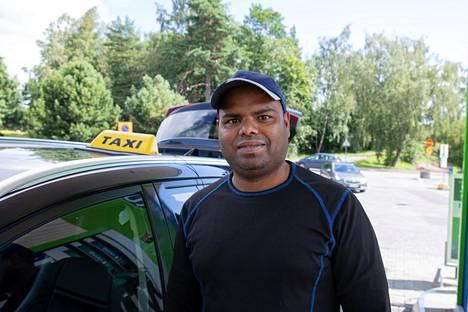 Taksikuljettaja Bobby Nagesh kertoo korona-ajan vaikuttaneen suuresti työhönsä.