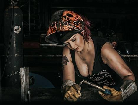Kaikki kuvissa nähtävät naiset työskentelevät oikeastikin metallialalla.