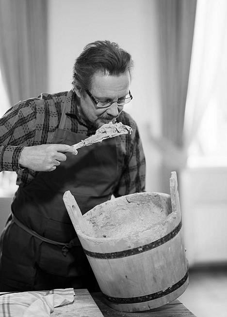 Vain elämää -ohjelmassa nähtiin intohimoisena kokkina tunnetun Pave Paijasen oppitunti ruisleivän leipomisessa. Kuva kirjasta Pave Maijanen – Elämän nälkä (Tammi).