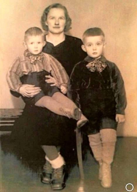 Äiti Saara sekä pojat Leevi (vas.) ja Timo (oikealla) kävivät valokuvaamossa ennen Timon Ruotsiin lähtöä.