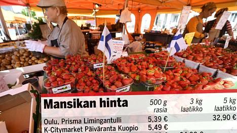 Mansikkaa myynnissä Helsingin Kauppatorilla 11. kesäkuuta.