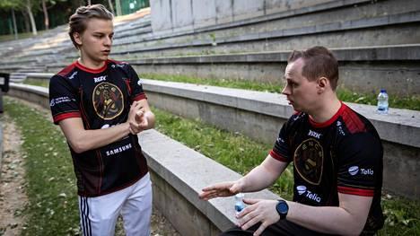 """Virolainen korvattiin ENCEn kokoonpanossa elokuussa. Vieressä ENCE-valmentaja Slaava """"Twista"""" Räsänen."""