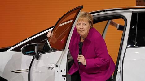 Frankfurtin kansainvälisen autonäyttelyn avannut Angela Merkel ehti tutustua myös uutuusautoihin.