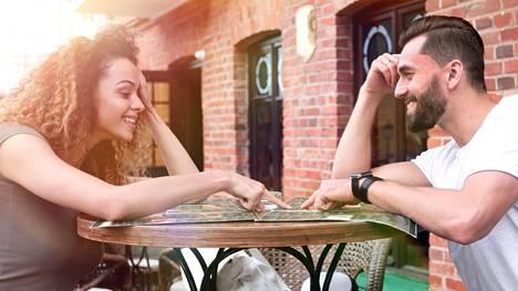 Pidä flirtti kevyenä, vinkkaavat monet. Pieni ilkikurinen hymy ja rento asenne vie jo pitkälle. Ja flirttailla voi ja kannattaa myös oman kumppanin kanssa!
